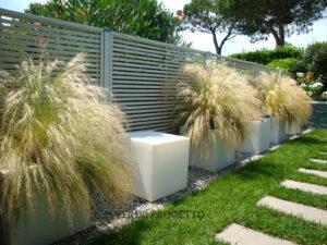 privacy in giardino con pannello in legno